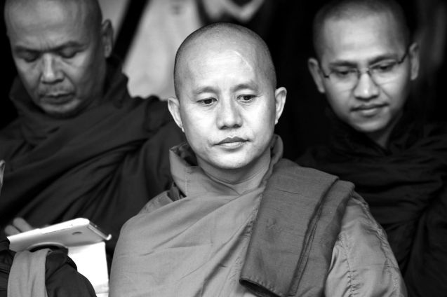 """Ashin Wirathu (ao centro), o monge que se auto-intitula """"o Bin Laden birmanês"""" é o líder do Movimento 969, que declarou """"guerra"""" à minoria muçulmana dos Ronhingya, alegando que """"o Islão quer destruir o Budismo e dominar o mundo."""" © Reuters"""