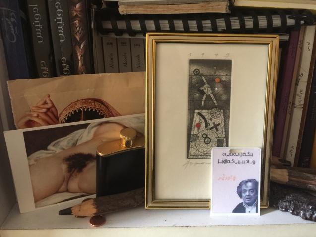 Adónis, poeta do erotismo e do amor, tem pelo duas imagens de A Origem do Mundo, de Courbet, em lugar de destaque no seu escritório. © Margarida Santos Lopes