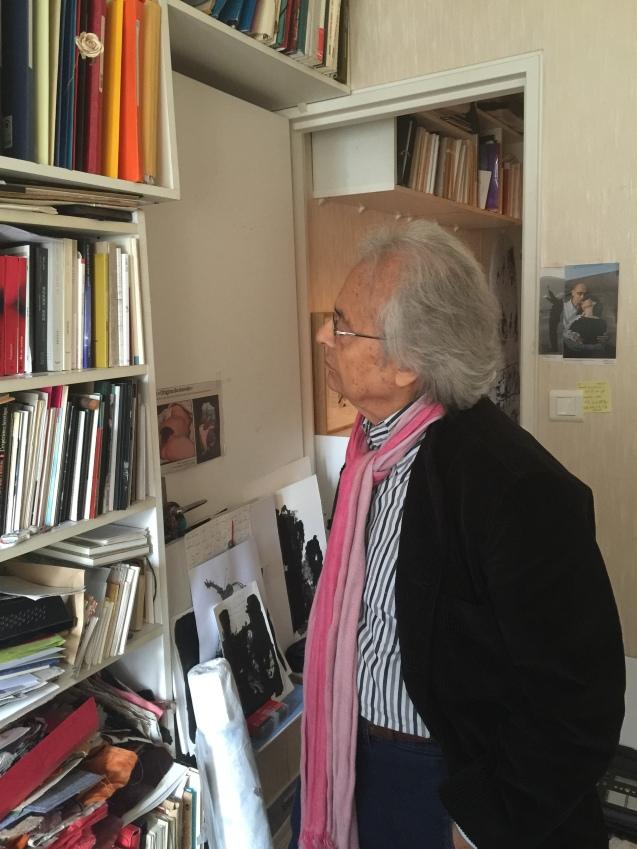 """Adónis no escritório onde, numa das paredes, colocou duas fotografias o casal José Saramado e Pílar. Não porque tenha lido algum livro do Nobel português da Literatura, mas porque o encantou """"a imagem do amor"""". © Margarida Santos Lopes"""