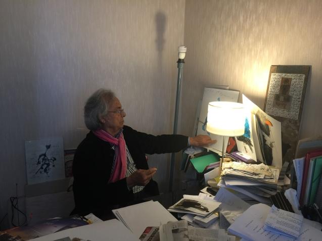 Adónis no seu escritório, onde pinta e faz as suas colagens, mas onde os livros - sobretudo em árabe e em francês - estão também em toda a parte. © Margarida Santos Lopes