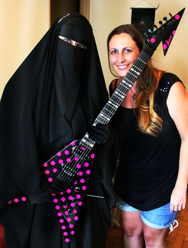 "Gisele Marie (L) and Paula Bifulco (R), who made her new guitar Pauleira Rhoads Polka Dot V. ""It is the fruit of creativity of both of us"", the musician said. ""A tribute to Randy Rhoads because it was inspired by his Karl Sandoval Polka Dot V."" © rosaversoeprosa.blogspot.com"