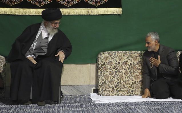 """O ayatollah Khamenei e o general Qasem Suleimani (à direita): O comandante da Força Qods, unidade de elite dos Guardas da Revolução, é hoje dos """"heróis vivos"""" do Irão. A sua fotografia compete visibilidade, nas parede, de Teerão, com a de Khomeini © Gabinete do Supremo Líder"""