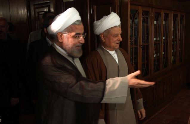 "O Presidente actual, Hassan Rouhani, e Ali Akbar Rafsanjani, o ayatollah que fez de Ali Khamenei sucessor de Khomeini, foram os artífices da vitória dos ""moderados"". © Direitos Reservados | All Rights Reserved"