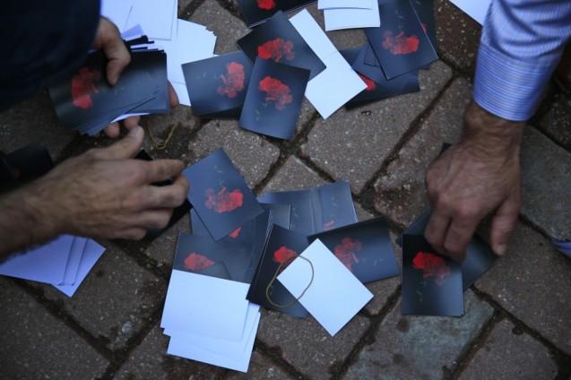Fotos com cravos vermelhos foram usadas nas manifestações de homenagem às vítimas do Daesh em Ancara © Lefteris Pitarakis | AP