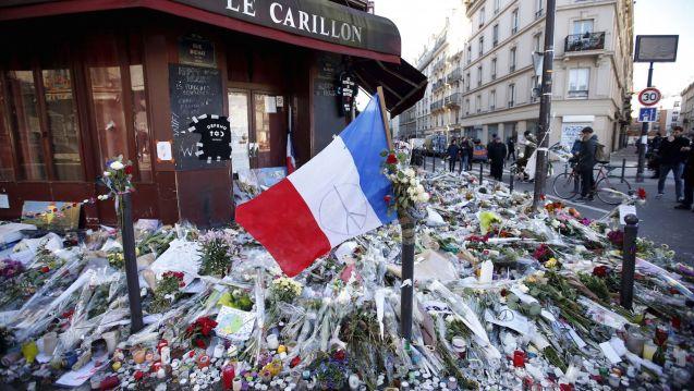 Homenagem às vítimas dos ataques de Paris, à porta do Restaurante Le Carillon © Charles Platiau Reuters