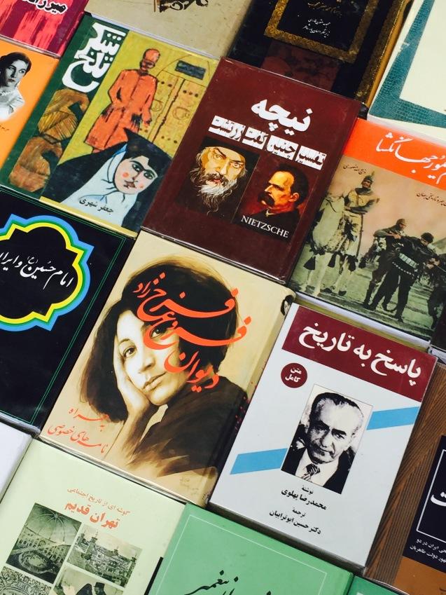 Uma das biografias do deposto Xá Mohammad Reza Pahlavi à venda numa rua em Teerão © Margarida Santos Lopes | Direitos Reservados