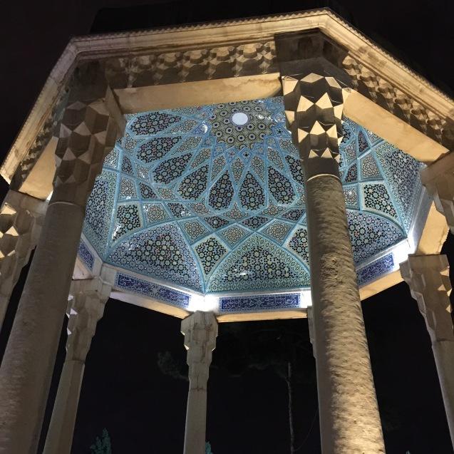 Shiraz: o mausoléu de Hafez, o mais amado dos poetas iranianos. Os seus versos competem em popularidade com o Corão © Margarida Santos Lopes | Direitos Reservados