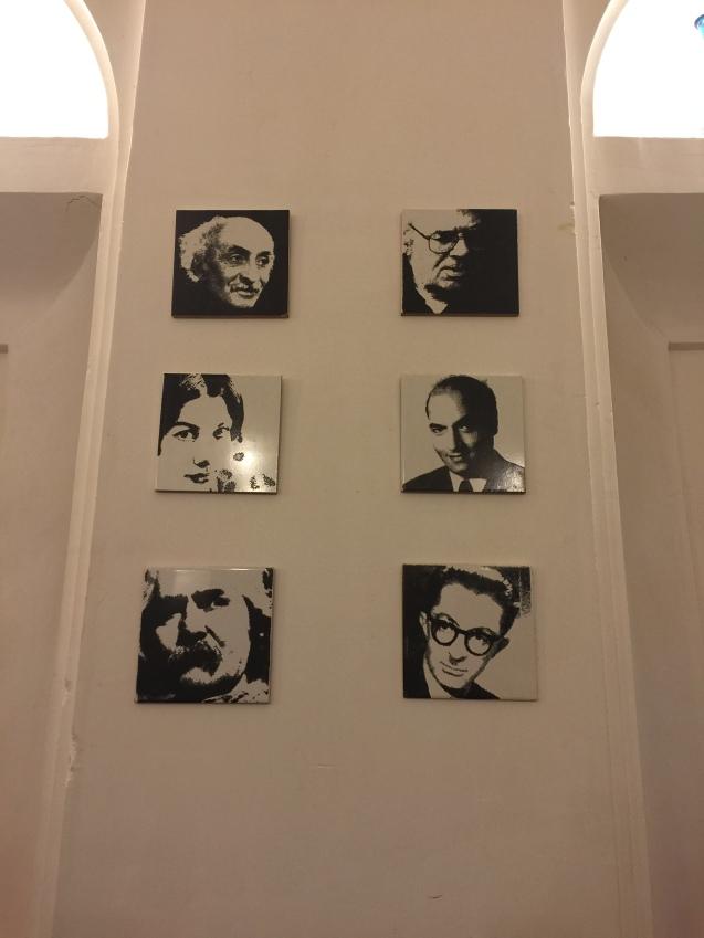 Escritores iranianos proibidos ou com obras ainda interditas, no Mehr Cafe, em Yazd © Margarida Santos Lopes