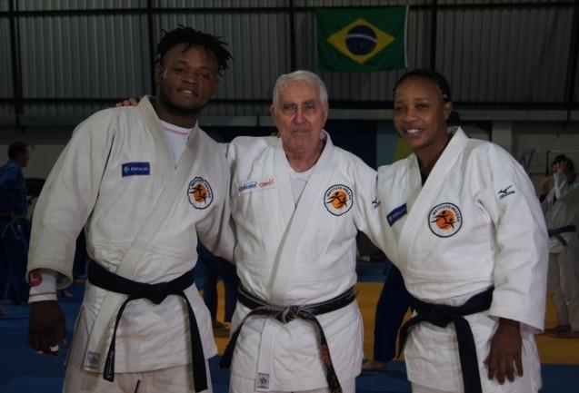 Popole Misenga, Yolande Mabika e o treinador de ambos, Geraldo Bernardes, no Instituto Reação © Thierry Gozzer | O Gobo
