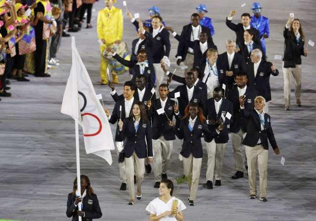 A equipa olímpica de refugiados no dia da inauguração dos Jogos do Rio, no Estádio do Maracanã © AP
