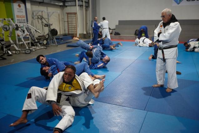 Geraldo Bernardes supervisiona um treino da atleta olímpica congolesa Yolande Mabika, de preparação para os Jogos do Rio © International Olympic Committee Newsroom