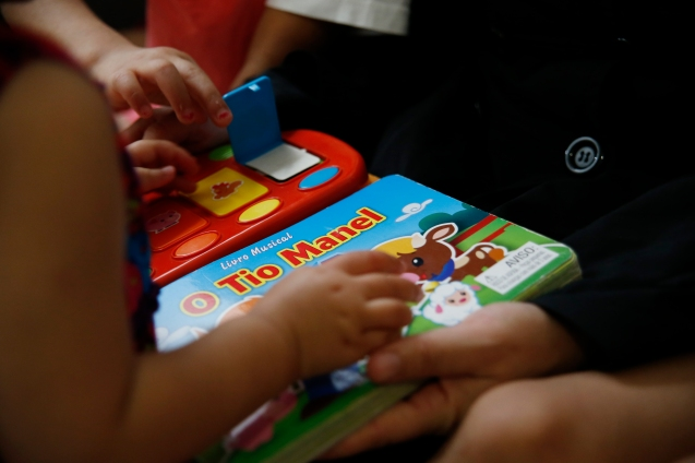 Books and toys to learn Portuguese: the children are now fluent in the new language © Marisol González